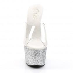 Серебристые шлепанцы покрыты мелкими блестками